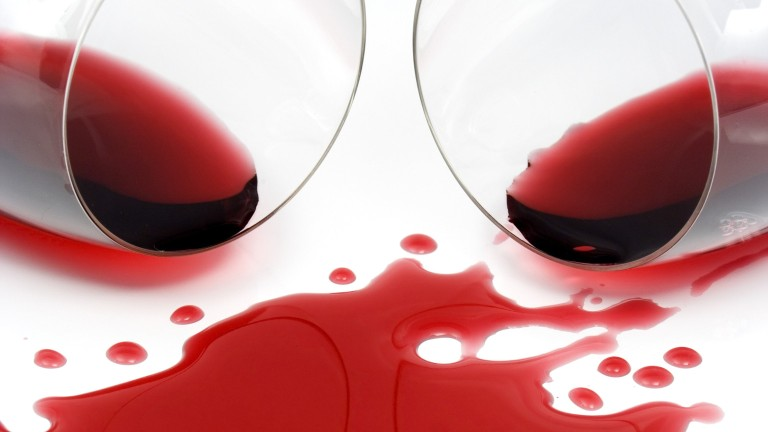 hogyan lehet eltávolítani a foltot egy piros ruháról