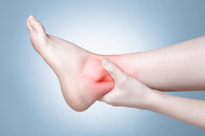 vörös foltok a láb bokáján és a boka duzzanata Pikkelysömör kezelése a Pigan étrenddel