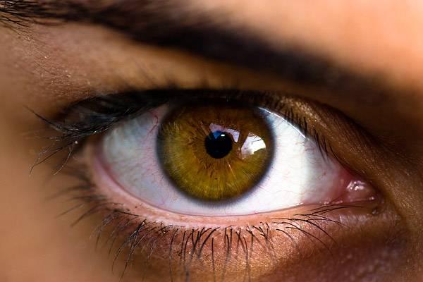megjelent a szem alatt vörös foltok hámozódnak