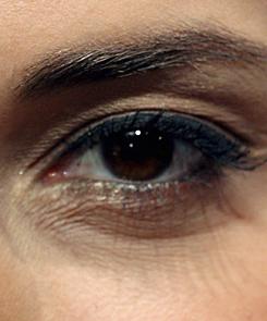 az alsó szemhéjon vörös folt viszket