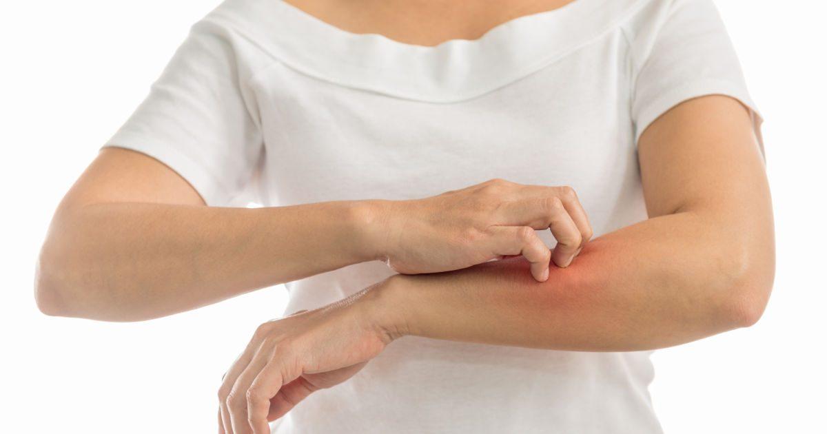 vörös foltok az ujjakon viszketnek és fájnak a gyomorban vörös folt viszket a nőknél